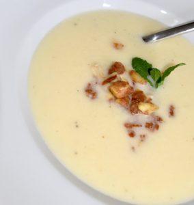 Spargel-Pastinaken-Cremesuppe mit Topping