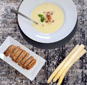 Spargel-Pastinaken-Cremesuppe mit Brot