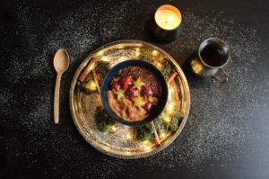 Hirsebrei mit gedecktem Tisch