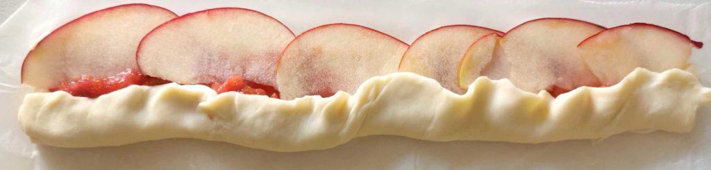 Äpfel in einer Reihe im Teig