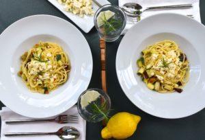 Zitronenspaghetti auf zwei Teller
