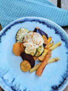Ofengemüse mit Auberginen-Hummus auf dem Teller